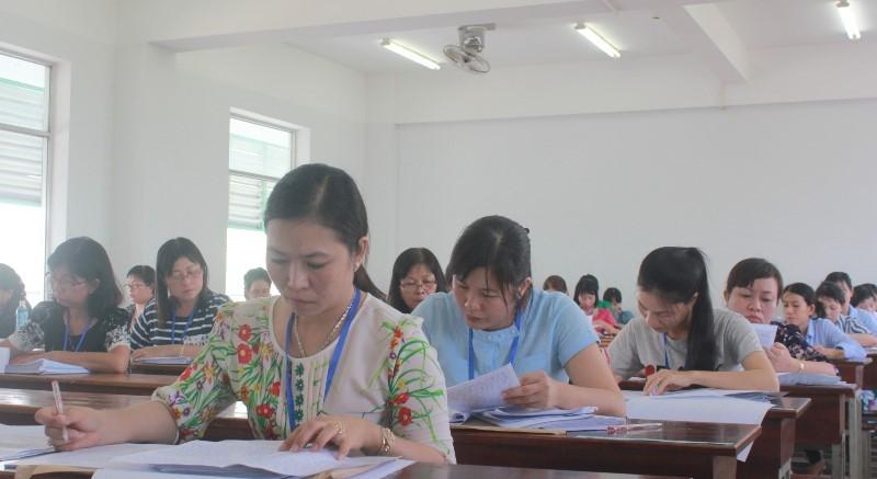 Hình ảnh giáo viên chấm những bài thi đầu tiên - ảnh 4