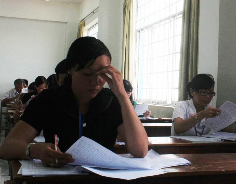 Hình ảnh giáo viên chấm những bài thi đầu tiên - ảnh 5