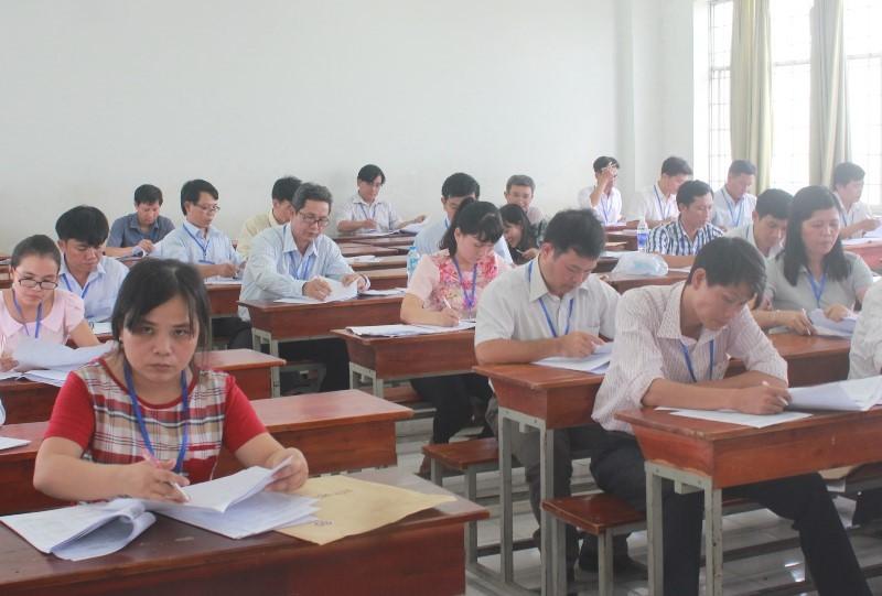 Hình ảnh giáo viên chấm những bài thi đầu tiên - ảnh 7