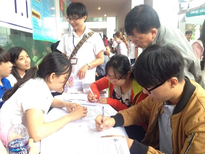 Những người làm công tác tuyển sinh tại các trường đại học hướng dẫn thí sinh điền thông tin đăng ký xét tuyển