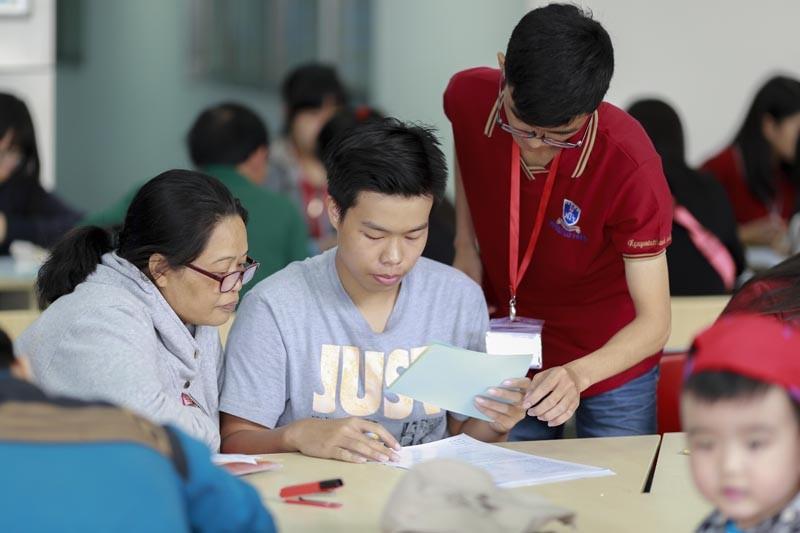 Thí sinh đăng ký xét tuyển vào Trường ĐH Nguyễn Tất Thành. Ảnh: A. NHIÊN