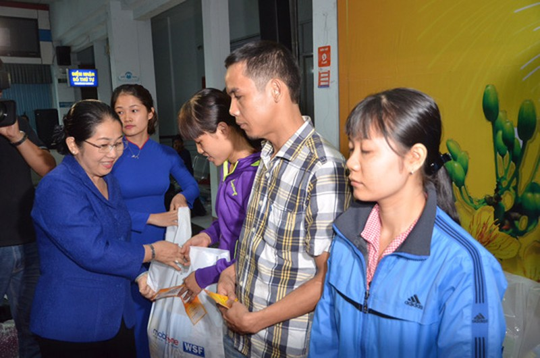 Lãnh đạo TP.HCM tiễn công nhân về tết trong đêm - ảnh 1