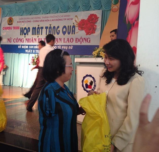 Bà Nguyễn Thị Thu, Phó Chủ tịch UBND TP.HCM thăm hỏi và tặng quà cho lao động nữ bị tai nạn lao động.