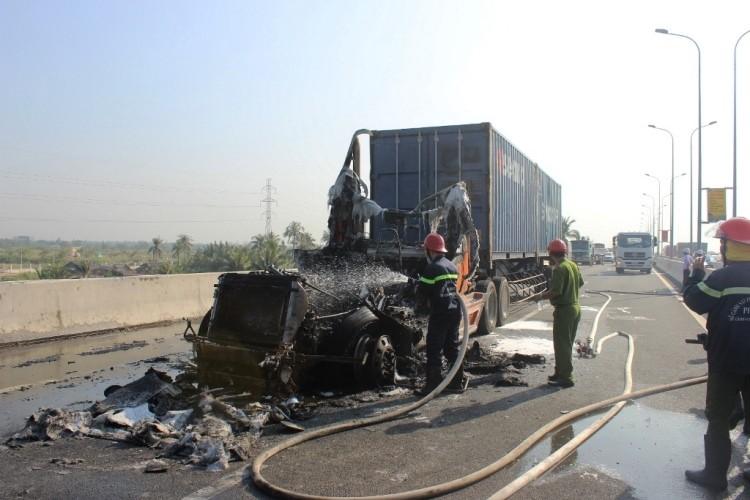 Tài xế container dùng bình cứu hỏa mini dập lửa bất thành - ảnh 1