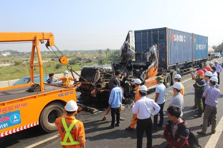 Tài xế container dùng bình cứu hỏa mini dập lửa bất thành - ảnh 3