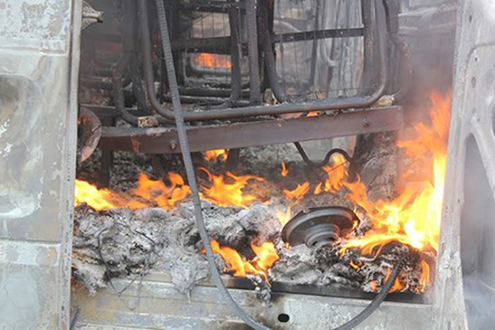 Xe ô tô bỗng dưng bốc cháy, bình chữa cháy cũng bó tay - ảnh 2