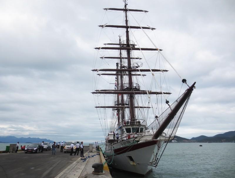 Tàu buồm đầu tiên của Việt Nam vượt bão về nước - ảnh 1