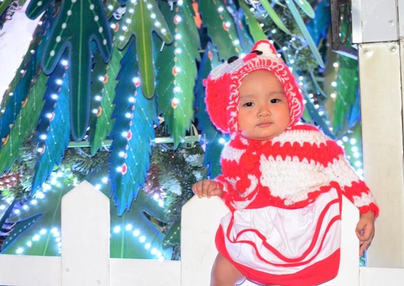 """Ông già Noel, công chúa tuyết """"nhí"""" tung tăng dạo phố cùng gia đình - ảnh 15"""