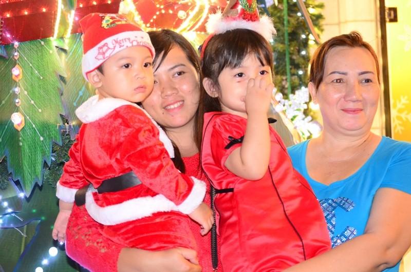 """Ông già Noel, công chúa tuyết """"nhí"""" tung tăng dạo phố cùng gia đình - ảnh 14"""