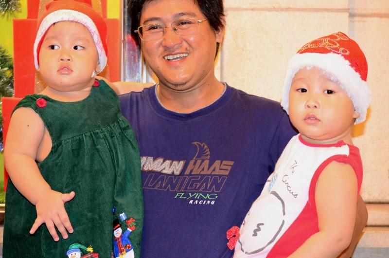"""Ông già Noel, công chúa tuyết """"nhí"""" tung tăng dạo phố cùng gia đình - ảnh 11"""
