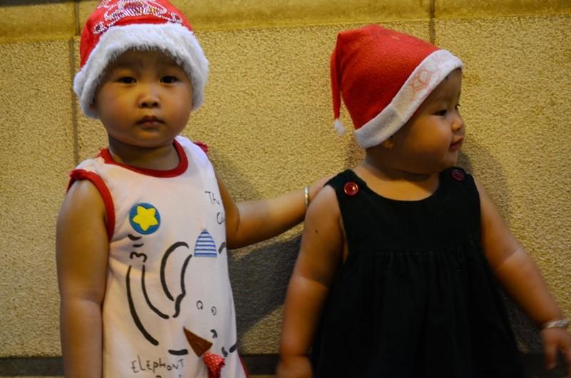 """Ông già Noel, công chúa tuyết """"nhí"""" tung tăng dạo phố cùng gia đình - ảnh 5"""