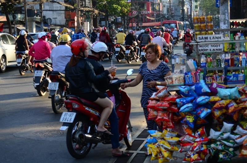 Người Sài Gòn chống chọi với nắng nóng - ảnh 8