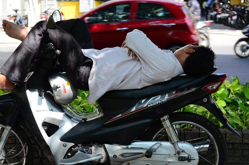 Người Sài Gòn chống chọi với nắng nóng - ảnh 5
