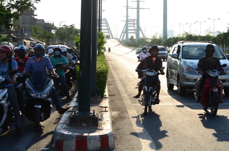 Xe máy được chạy vào làn ô tô trên đường Phạm Văn Đồng  - ảnh 4
