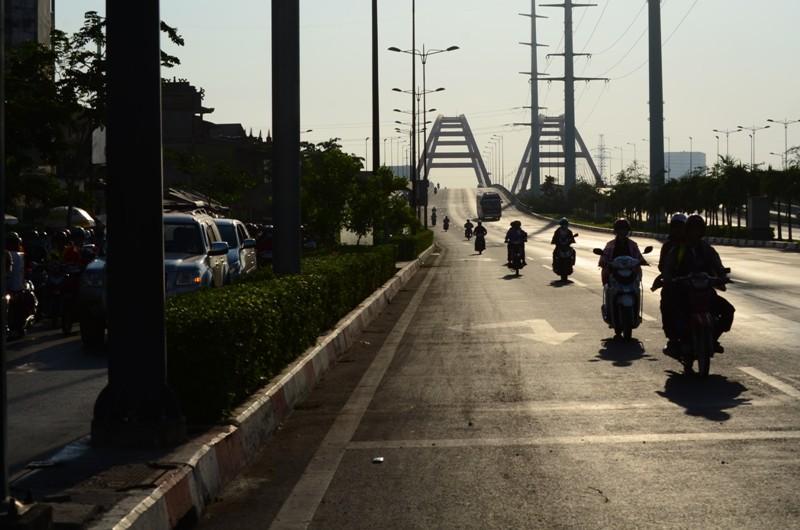 Xe máy được chạy vào làn ô tô trên đường Phạm Văn Đồng  - ảnh 2