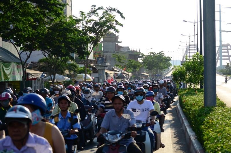 Xe máy được chạy vào làn ô tô trên đường Phạm Văn Đồng  - ảnh 3
