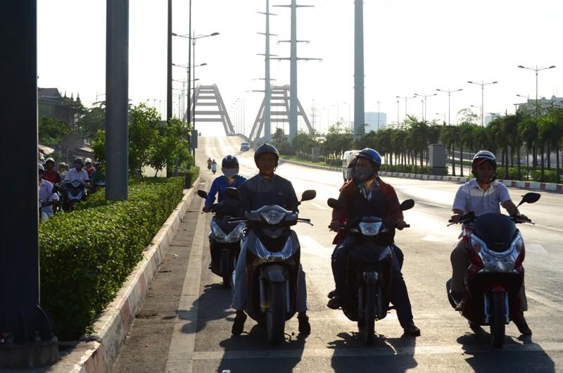 Xe máy được chạy vào làn ô tô trên đường Phạm Văn Đồng  - ảnh 1