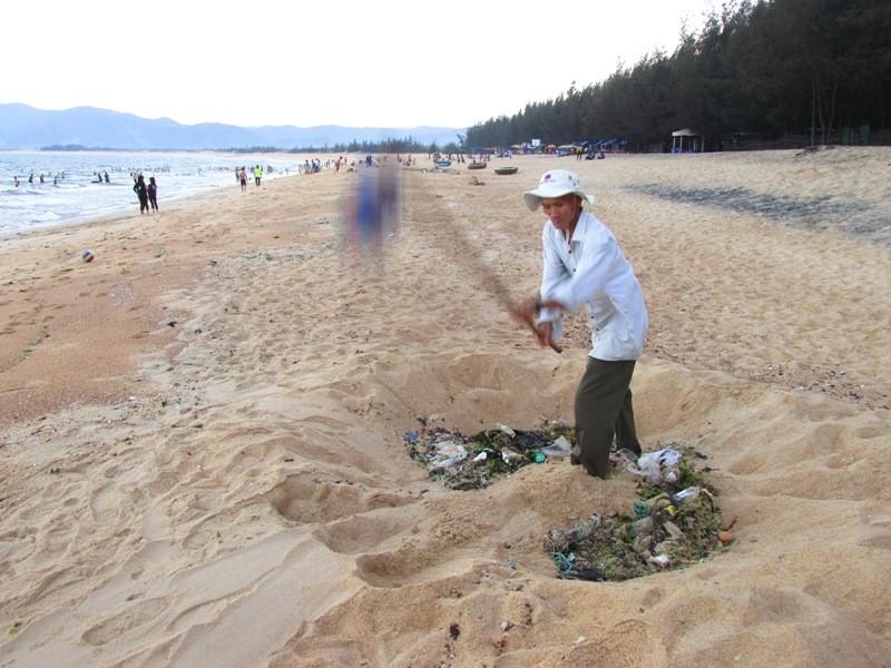 Cụ ông 62 tuổi tự nguyện nhặt rác làm sạch bãi biển - ảnh 1