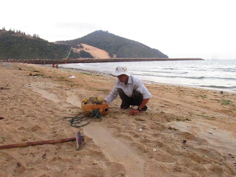 Cụ ông 62 tuổi tự nguyện nhặt rác làm sạch bãi biển - ảnh 2