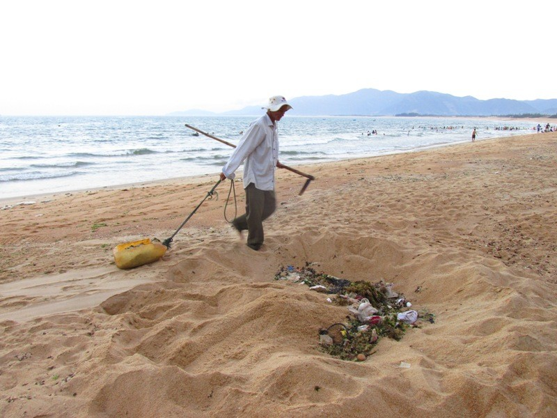 Cụ ông 62 tuổi tự nguyện nhặt rác làm sạch bãi biển - ảnh 3