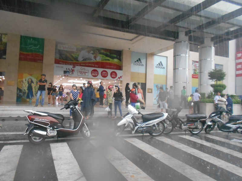 Người Sài Gòn nhẹ nhõm đón cơn mưa quý hơn vàng - ảnh 7