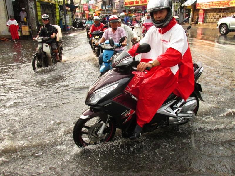 Người Sài Gòn nhẹ nhõm đón cơn mưa quý hơn vàng - ảnh 11