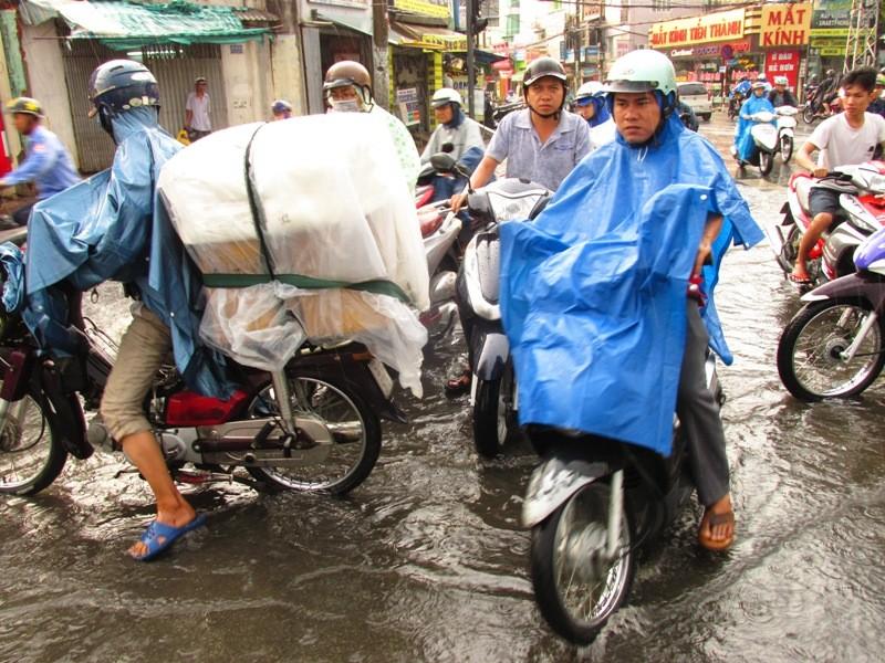 Người Sài Gòn nhẹ nhõm đón cơn mưa quý hơn vàng - ảnh 14