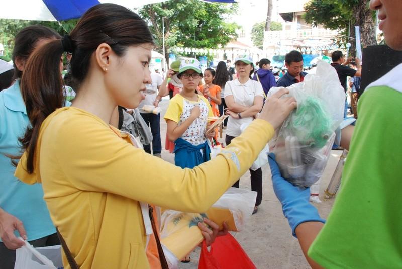 TP.HCM: Tưng bừng Ngày hội tái chế rác thải 2015 - ảnh 1