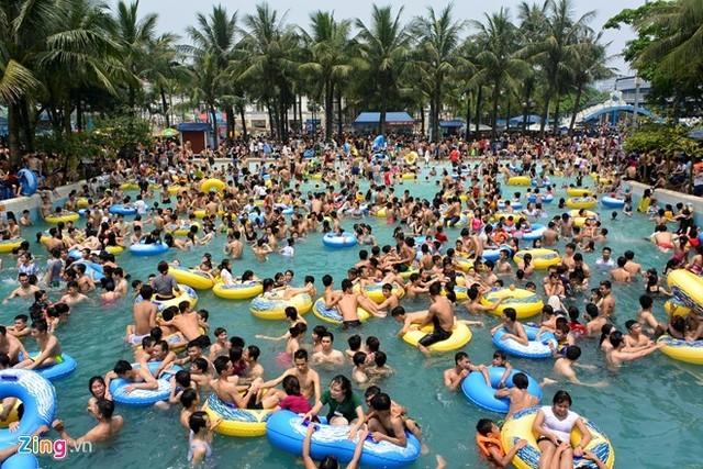 Công viên nước Hồ Tây 'vỡ trận', hỗn loạn người leo rào tắm miễn phí - ảnh 4