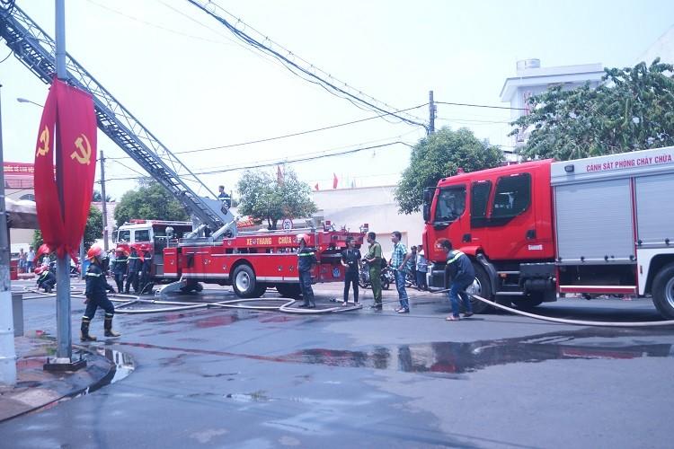 Kinh hãi cháy quán cà phê 5 tầng - ảnh 1