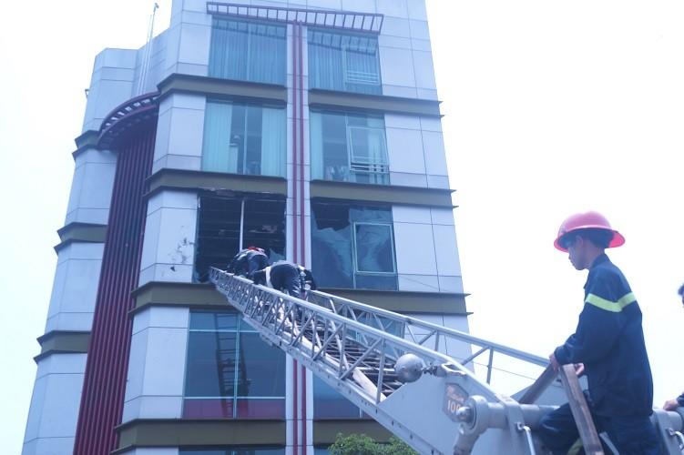 Kinh hãi cháy quán cà phê 5 tầng - ảnh 2