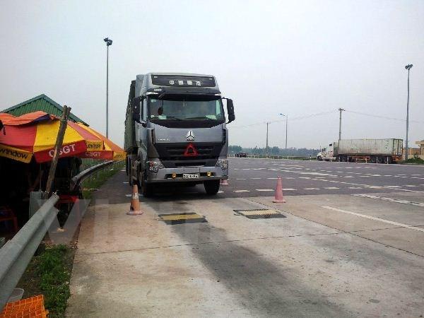 Phạt nặng xe quá tải: Lái xe sốc và ngất khi nhận biên lai - ảnh 1
