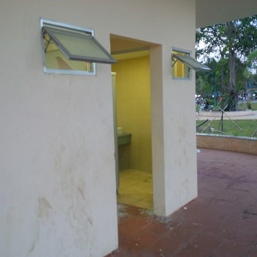 Nhà vệ sinh của công trình trăm tỉ bị đập phá, trộm đồ - ảnh 1