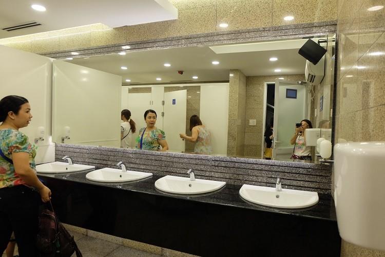 Nhà vệ sinh công cộng phố đi bộ Nguyễn Huệ sang như trong khách sạn - ảnh 7