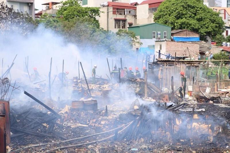 Khu nhà tạm ven hồ Linh Quang bùng cháy dữ dội - ảnh 2