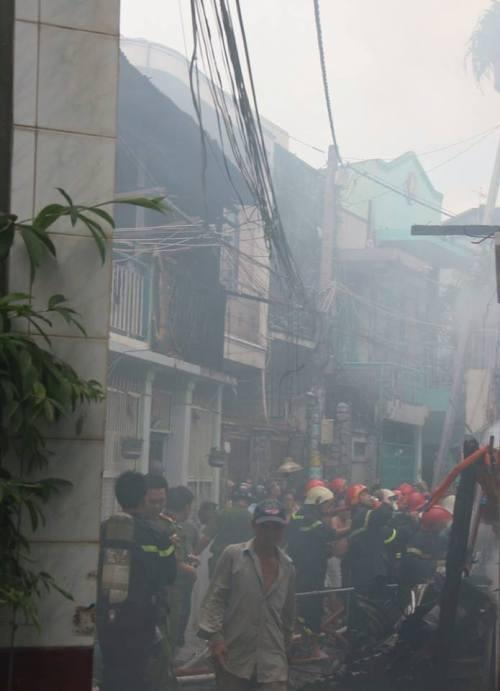 Giải cứu thành công sản phụ thoát khỏi đám cháy lớn - ảnh 2