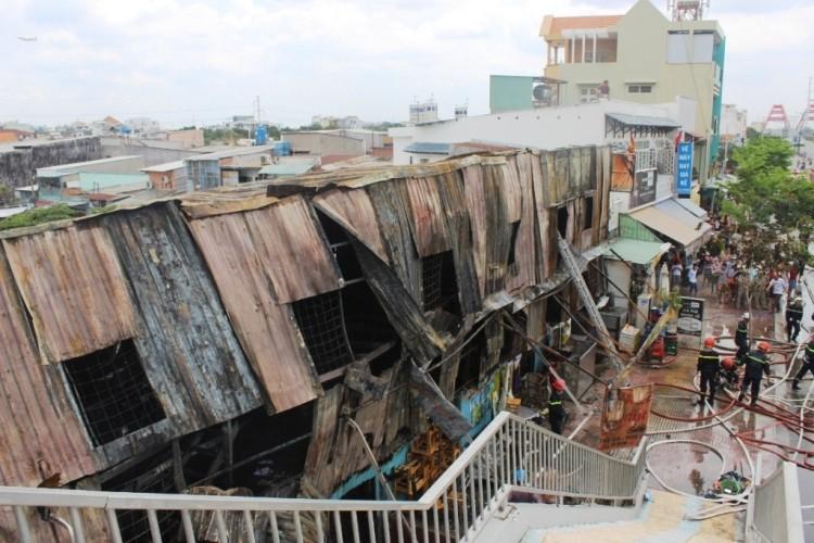 Lửa thiêu rụi dãy nhà trọ trên đường Phạm Văn Đồng - ảnh 3