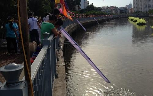 Phóng sanh hàng tấn cá trên kênh Nhiêu Lộc mừng Phật Đản - ảnh 1