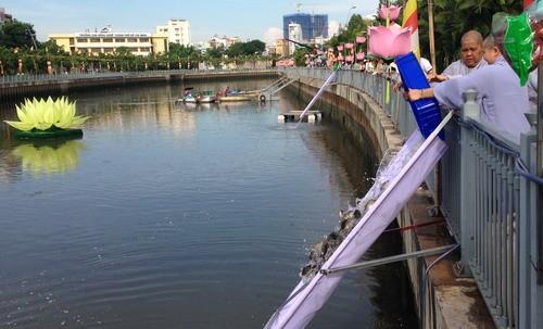 Phóng sanh hàng tấn cá trên kênh Nhiêu Lộc mừng Phật Đản - ảnh 3
