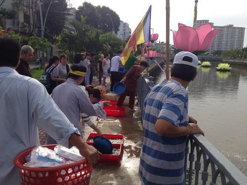 Phóng sanh hàng tấn cá trên kênh Nhiêu Lộc mừng Phật Đản - ảnh 6