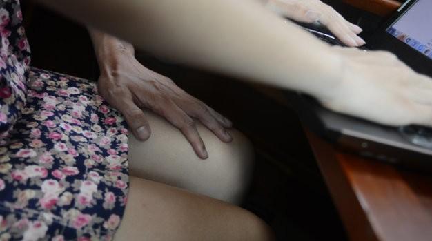 Điểm mặt chiêu trò quấy rối tình dục nơi công sở (P2) - ảnh 1