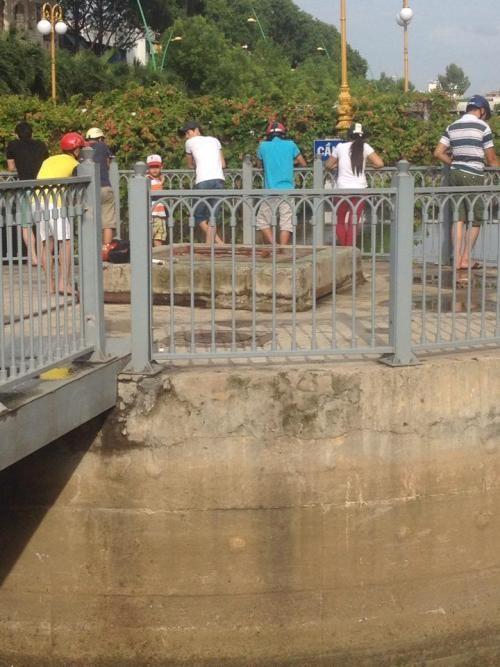 Người dân vô tư câu cá bất chấp bảng cấm có số điện thoại công an - ảnh 2