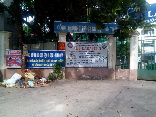 'Cổng trường em sạch đẹp' đầy rác - ảnh 1