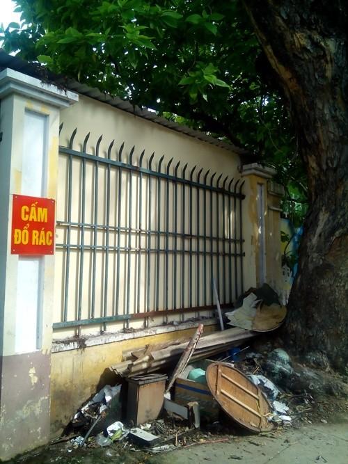 'Cổng trường em sạch đẹp' đầy rác - ảnh 2