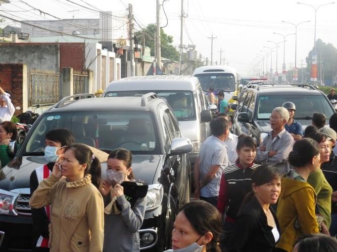 Thảm sát Bình Phước: người dân trắng đêm theo dõi thông tin - ảnh 3