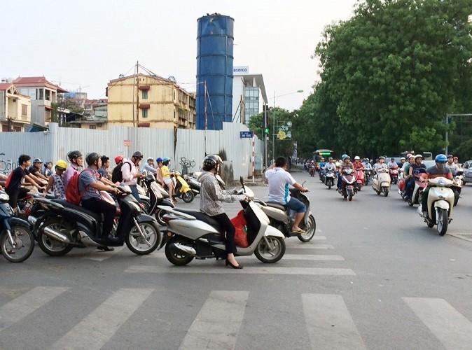 Cử tri Hà Nội kiến nghị bỏ phí đường bộ cho xe máy - ảnh 1