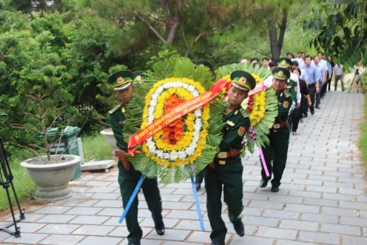 Chủ tịch UBTƯ MTTQ Việt Nam Nguyễn Thiện Nhân dâng hương Đại tướng Võ Nguyên Giáp - ảnh 1