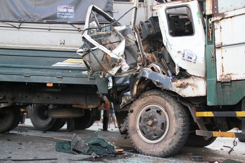 Năm người bị thương, bảy xe móp méo vì tai nạn liên hoàn - ảnh 1