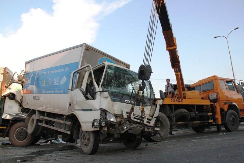Năm người bị thương, bảy xe móp méo vì tai nạn liên hoàn - ảnh 2