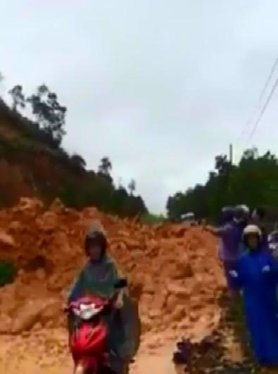 Quảng Ninh: hàng trăm xe bất chấp sạt lở, băng đường đi trong nguy hiểm - ảnh 1